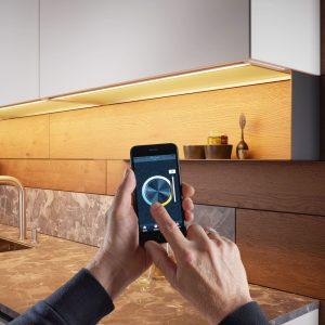 Die Lichtfarbe ist ebenso wie die dimmbare Leuchtintensität optional steuerbar durch: Microknopfschalter, Fernsteuerung oder mobile Endgeräte.