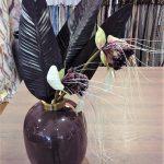 Vase mit Deko Blumen und Blättern
